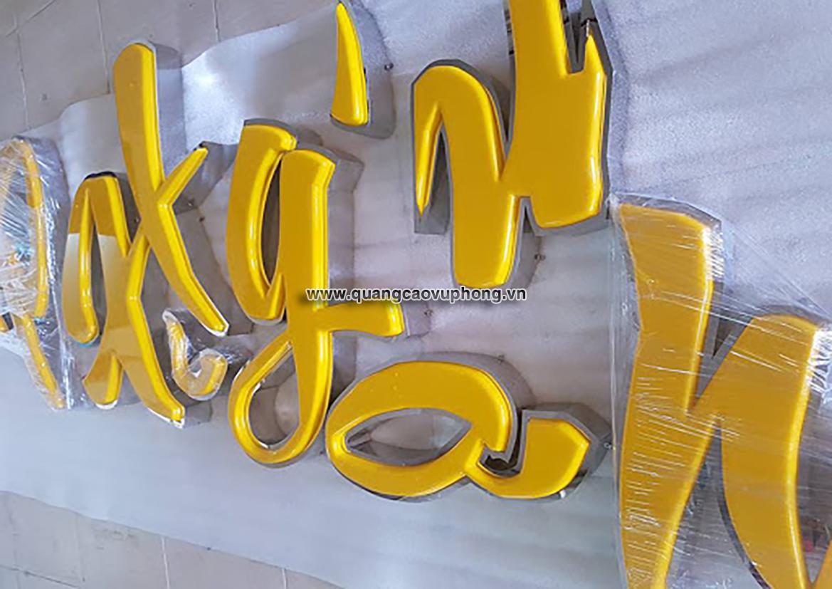 Chữ nổi mica viền inox xước được biến hóa đa dạng trong các mẫu thiết kế biển quảng cáo như Chữ nổi cắt CNC âm mặt mica hắt sáng, chữ inox lộng viền âm Led.